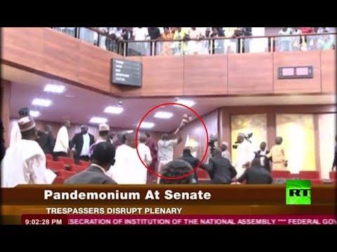 شاهدلحظة  تسلل لصوص إلى داخل برلمان نيجيريا وسرقة صولجانا