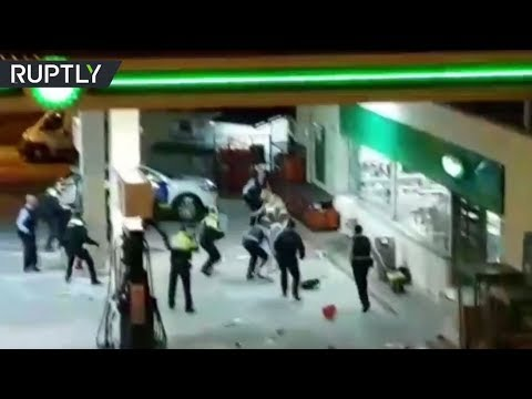 شاهد الشرطة الإسبانية تُوقف مُسلّحًا هدّد المارّة بمنشار آلي وساطور