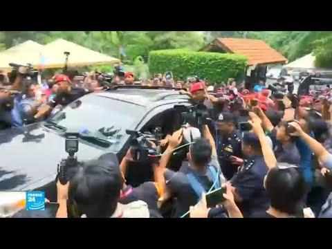 شاهد لحظة إطلاق سراح زعيم المعارضة السابق في ماليزيا أنور إبراهيم