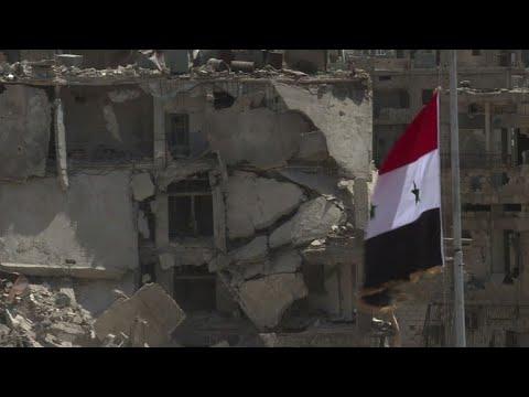 شاهد القوات الحكومية السورية ترفع العلم السوري في حي الحجر الاسود