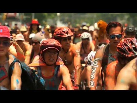 دراجون عراة وآخرون مطليون في شوارع مكسيكو