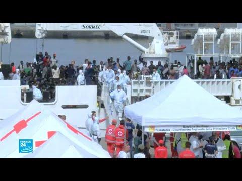 شاهد سفينة إيطالية تنقذ نحو 900 مهاجر