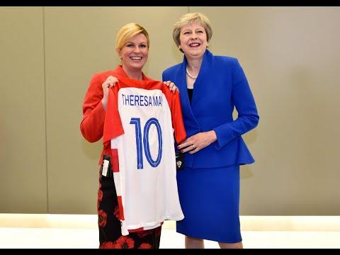 شاهد  رئيسة كرواتيا تهدي ترامب وماي قميص منتخب بلادها