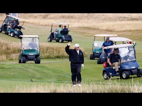 الرئيس دونالد ترامب يلعب الغولف