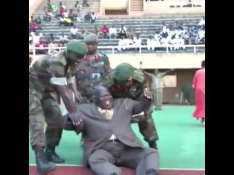 لحظة سقوط الرئيس الأوغندي خلال افتتاح ملعب كرة قدم