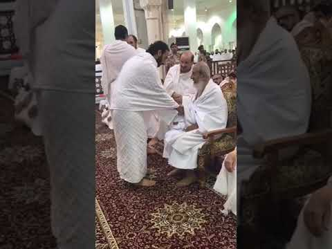 شاهد لحظة تقبيل عبد الله بن بندر رأس المفتي