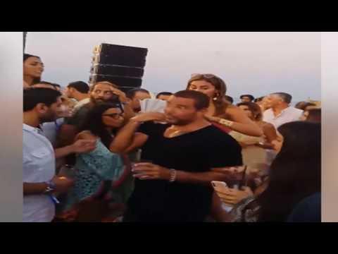 شاهد دينا الشربيني تمسح عرق عمرو دياب فى الساحل على الشاطئ