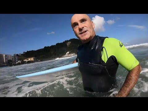 رجل لم يمنعه العمى من احتراف ركوب الأمواج