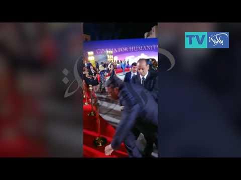 لحظة سقوط عادل امام في مهرجان الجونه