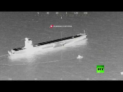 شاهد محاولات إزالة بقعة الوقود في مكان اصطدام السفينتين التونيسية والقبرصية في المتوسط