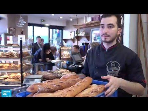 شاهد شاب تونسي يُقدم الخبز إلى الرّئيس الفرنسي ماكرون كلّ يوم