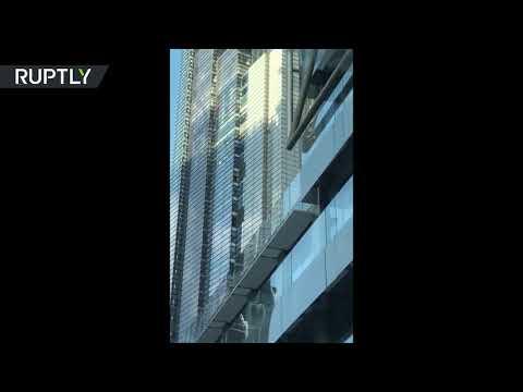 شاهد الرجل العنكبوت الفرنسي يتسلَّق برجًا شاهقًا في لندن