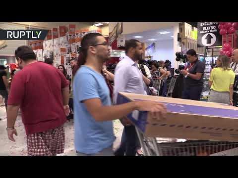 شاهد احتشد متسوقون في مدينة ساو باولو البرازيلية لشراء أجهزة التلفاز