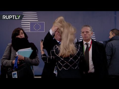 شاهد  جان كلود يونكر يُداعب شعر مسؤولة في مقر الاتحاد الأوروبي