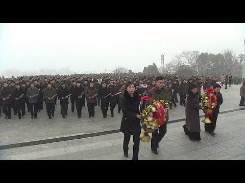 شاهد كوريا الشمالية تُحيي الذكرى السابعة لوفاة الزعيم كيم جونغ إيل