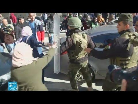 شاهد الأمن الفلسطيني يمنع مظاهرة لحركة حماس في مدينة الخليل