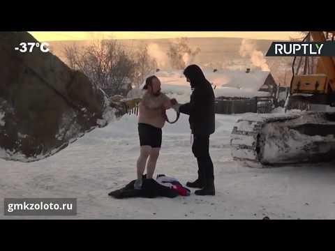 شاهد رجل يتحدى البرد القارص بطريقة جنونية