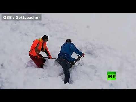 عمال سكك الحديد في النمسا ينقذون تيسًا من تحت الثلوج