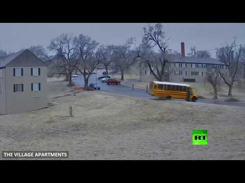 شاهد لحظة انقلاب حافلة مدرسية على طريق جليدي في الولايات المتحدة