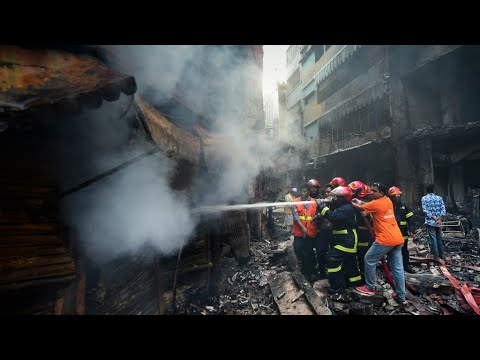 شاهد الحزن يُخيم على سكان بنغلادش بعد مقتل 70 سخصًا إثر اندلاع حريق
