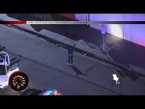 مواطن أميركي يرقص الهيب هوب أثناء توقيفه