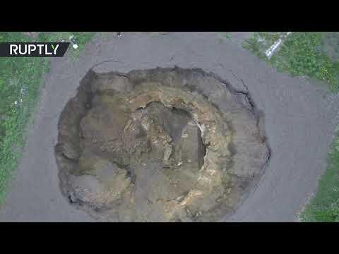 شاهد انهيار تربة بعمق بناية من خمس طوابق ومساحة ملعب هوكي