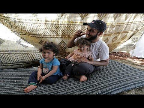 شاهد أسرة سورية تجتاز الأراضي الزراعية سيرًا على الأقدام
