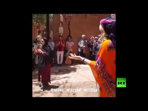 فتاة إيرانية تغني أمام الجمهور دون حجاب