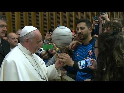 شاهد مشهد طريف للبابا فرانسيس وهو يداعب كرة القدم
