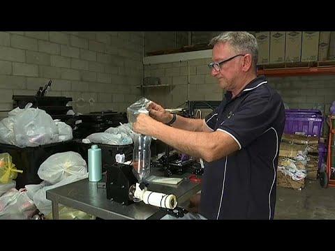شاهد مصفف شعر سابق في أستراليا يصنع أطرافاً صناعية من عبوات الشامبو