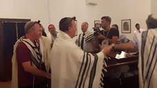شاهد مبعوث ترامب يُشارك الحاخامات الصلاة في الكنيس اليهودي البحريني