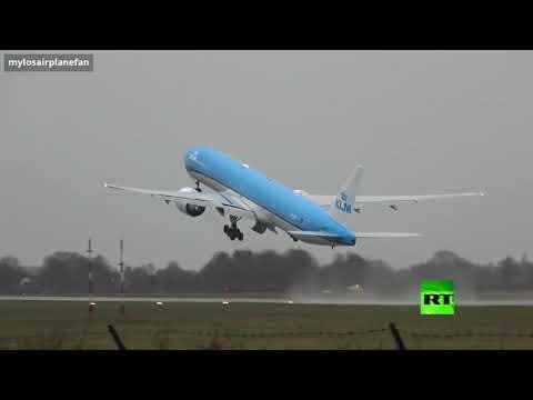 شاهد طائرة تُغيِّر مسارها على ارتفاع متر واحد قبل هبوطها