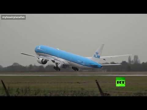 طائرة تُغيِّر مسارها على ارتفاع متر واحد قبل هبوطها