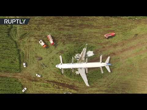 شاهد صور من الجو لطائرة روسية هبطت اضطراريًّا في حقل ذرة