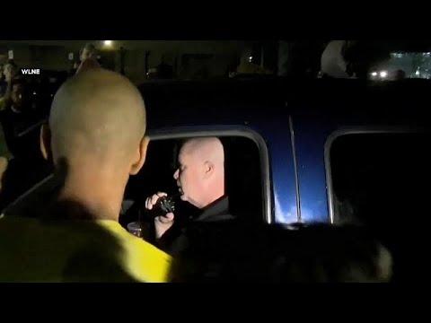 شاهد شاحنة تابعة لسجن أميركي تصدم متظاهرين ضد سياسة الهجرة