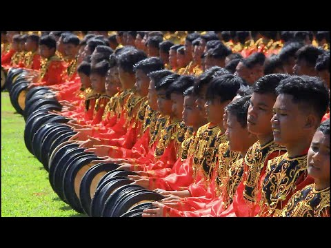 شاهد 2019 صبيًا يشاركون في رقصة جماعية احتفالًا بذكرى استقلال إندونيسيا