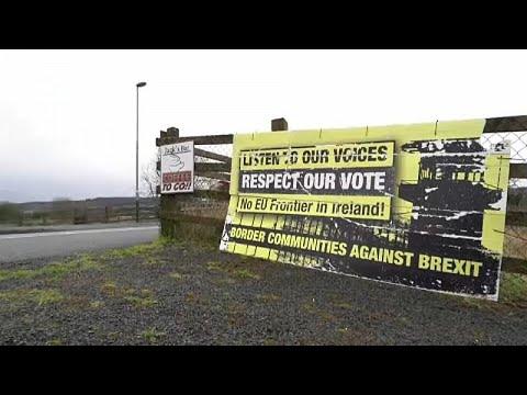 شاهد  ستيفن باركلي يوقع وثيقة إلغاء سريان قوانين الاتحاد الأوروبي في بريطانيا
