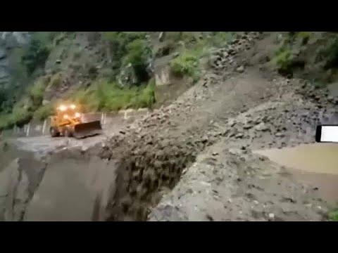 شاهد سيول تسبب انهيارات أرضية وفيضانات في ولايتين بالهند
