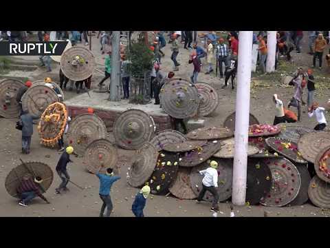 شاهد إصابة 100 شخص في مهرجان باغوال للتقاذف بالحجارة في الهند