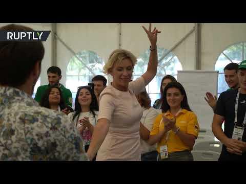 شاهد دبلوماسية روسية تؤدي رقصة ليزغينكا الشهيرة