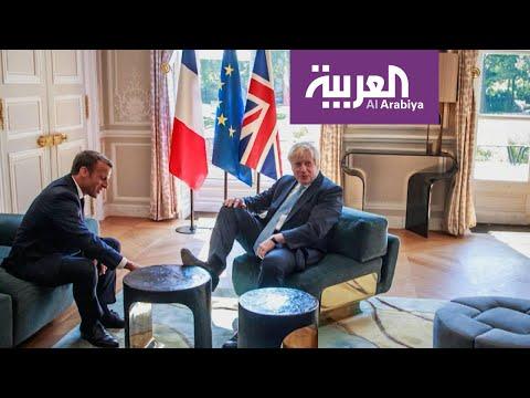 شاهد بوريس جونسون يتصرف في قصر الرئاسة الفرنسية وكأنه في بيته