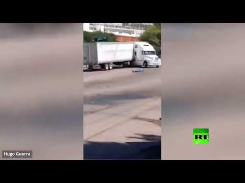 شاهد شاحنة عملاقة تتدحرج بخطورة في شارع عام