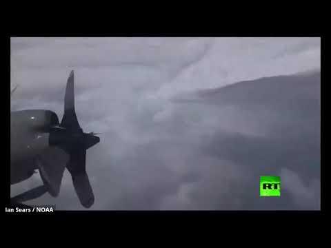 طائرات خبراء الأرصاد الجوية تعبر الإعصار دوريان
