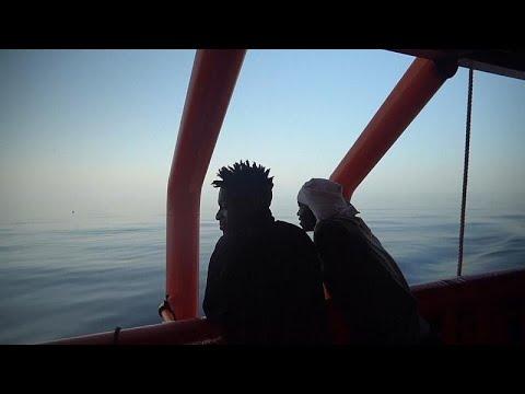 احتفال على متن سفينة خيرية أنقذت مهاجرين من الغرق
