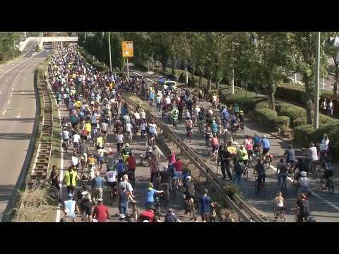 آلاف الألمان يتظاهرون على دراجات هوائية في فرانكفورت