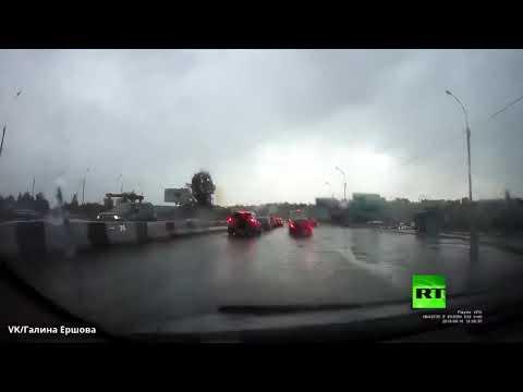 شاهد البرق يضرب سياءة أثناء سيرها في بنوفسيبيرسك الروسية