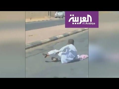 شاهد فيديو يخطف القلوب لطفل سعودي متعلق في باب حافلة
