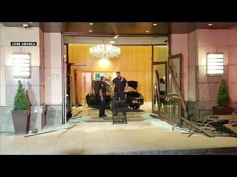 سيارة تخترق بهو فندق دونالد ترامب بلازا في نيويورك