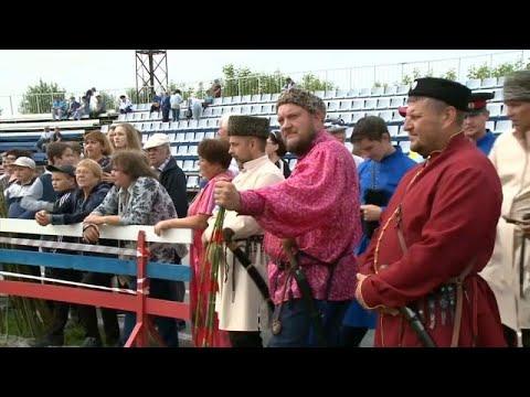 القوزاق الروس يستعرضون مهاراتهم في استخدام السيوف الحادة