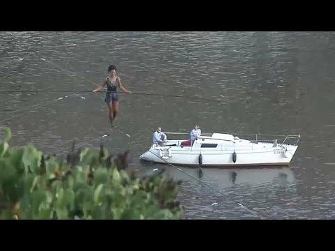 فرنسية تعبُر نهرًا في براغ على حبل بلعو 35 مترًا